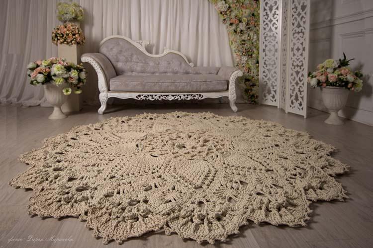 Tapetes de crochê com cores neutras cão bem em qualquer ambiente